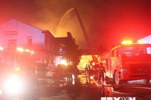 Cháy dữ dội trong nhiều giờ tại kho sơn của một công ty nội thất