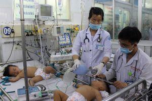 Bác sĩ gồng mình cứu trẻ, dập dịch tay chân miệng bùng phát