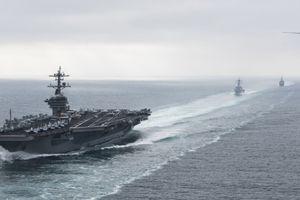 Tàu sân bay Mỹ bị tàu Iran truy đuổi tại eo biển Hormuz