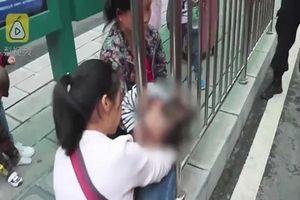 Mẹ vừa rời mắt, con gái 2 tuổi kẹt đầu vào hàng rào bến xe buýt