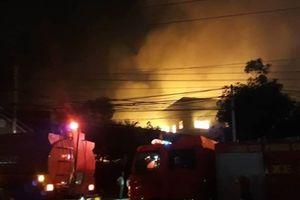 Công ty sản xuất gỗ ở Bình Dương bốc cháy dữ dội