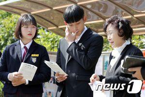 Hai con Choi Jin Sil nghẹn ngào trong ngày giỗ thứ 10 của mẹ