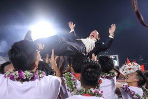 Bầu Hiển được cầu thủ CLB Hà Nội tung lên cao trong ngày nhận cúp