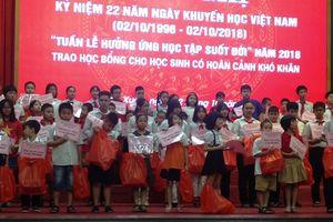 Quận Thanh Xuân trao học bổng cho 115 học sinh vượt khó