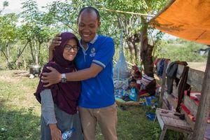 Động đất, sóng thần Indonesia: Cặp đôi vỡ òa khi đoàn tụ sau 48 giờ mở từng túi xác tìm kiếm