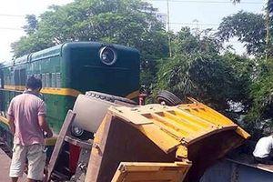 Tàu hỏa đâm ô tô tải ở Hà Nội, 5 người nhập viện cấp cứu