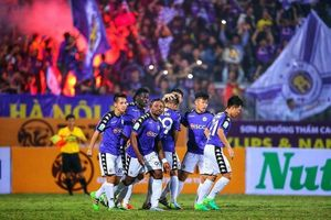 V-League: Hà Nội nâng cúp, Cần Thơ và Nam Định chạy trốn 'tử thần'