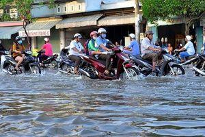 Thành phố Hồ Chí Minh: Nhiều phương tiện bị ùn ứ do mưa lớn