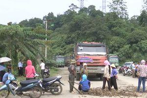 Hàng chục người dân dàn hàng chặn xe chở quặng của Công ty Apatit