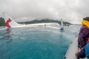 Video cận cảnh bên trong máy bay trượt đường băng 'bơi' trên hồ