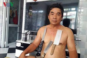 Kỳ lạ người đàn ông có khả năng 'hút' bàn inox nặng gần 20kg