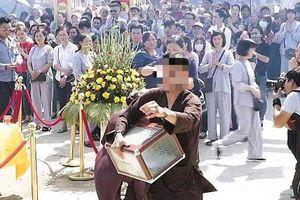 Truy tìm thanh niên ngang nhiên 'cuỗm' hòm công đức nhà chùa