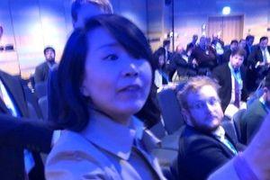 Clip: Nữ phóng viên Trung Quốc gây náo loạn, tát người ngay trong hội nghị ở Anh