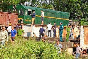 Băng qua đường sắt xe tải bị tàu hỏa đâm trúng, 5 người bị thương