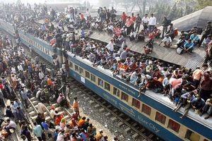 Rùng mình xem chuyến tàu đông nhất thế giới, chen nhau đến mức ngã mất mạng