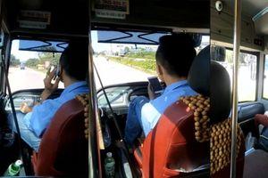 Đình chỉ tài xế lái xe buýt bằng chân, tay cầm điện thoại