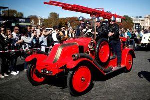 Các loại ô tô cổ xinh xắn diễu hành qua thủ đô Paris nước Pháp