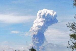Đảo Suwalesi của Indonesia lại dữ dội núi lửa phun trào trong thảm họa kép