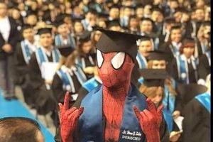 Nam sinh Mexico hóa trang thành người nhện trong buổi lễ tốt nghiệp