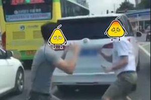 Hai tài xế Trung Quốc vứt ôtô giữa đường để đánh nhau sau va chạm