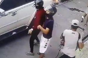 Nóng clip bé gái 8 tuổi xông vào đánh cướp cứu cha