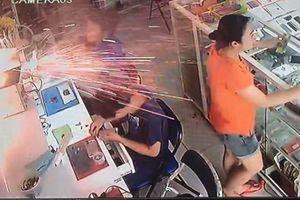 Nổ pin như pháo hoa tại cửa hàng điện thoại, khách chạy thoát thân
