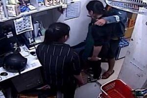 Vụ cướp ở cửa hàng tiện lợi: Đối tượng nói gì khi kề dao vào cổ nữ nhân viên?