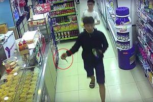 Cướp cửa hàng tiện lợi rồi đâm nhiều người truy đuổi