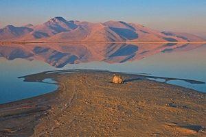 Vẻ đẹp kỳ diệu: Hồ muối hai màu xanh - đỏ