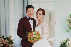 Chú rể 26 tuổi âu yếm cô dâu 61 tuổi ở Cao Bằng: 'Chắc kiếp trước chúng ta chưa trả hết duyên nợ, vợ nhỉ'