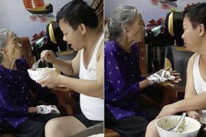 Cảm động trước hình ảnh con trai bật hát Xoan xúc cơm nịnh mẹ già 90 tuổi ăn từng thìa