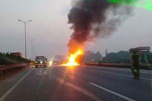 Container bốc cháy dữ dội trên cầu Thanh trì, lái và phụ xe thoát nạn trong gang tấc