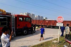 Hà Nội: Tàu hỏa đâm xe tải khiến nhiều người bị mắc kẹt