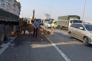 Xe container cháy ngùn ngụt trên cầu Thanh Trì do chập điện