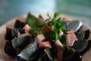 'Trứng thế kỷ' món ăn chôn dưới đất hàng trăm năm được người Việt rất yêu thích