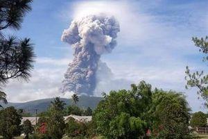 Núi lửa Indonesia đột ngột phun trào ngay tại nơi thảm họa kép xảy ra