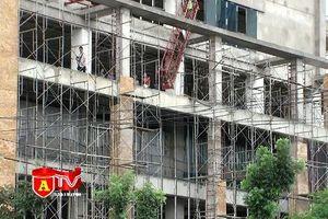 Hiểm họa khôn lường từ các công trình xây dựng ở sát đường