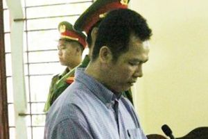 Kẻ sát hại người tình bất ngờ quỳ xuống xin lỗi mẹ nạn nhân tại tòa