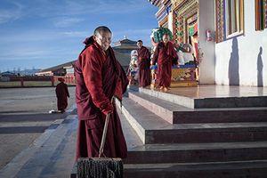 Cuộc sống trong tu viện Phật giáo lớn nhất thế giới