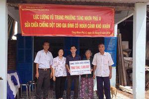 Dân quân phường tích cực giúp dân