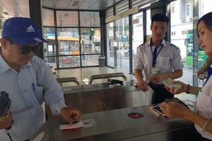 Hành khách bỡ ngỡ lần đầu sử dụng thẻ vé điện tử xe buýt