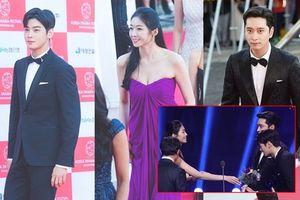 Tân Hoa hậu hở bạo trao hoa cho Cha Eun Woo nhưng mắt luôn nhìn Hwang Chan Sung ở 'Korea Drama Awards 2018'