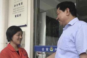 Công nhân vệ sinh trả lại túi tiền chứa hơn nửa tỷ đồng nhặt được