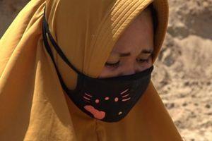 Góa phụ cầu nguyện cho chồng bên mộ tập thể sau thảm họa ở Indonesia