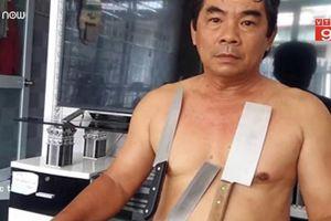 'Dị nhân' Tiền Giang hút vật dụng bằng inox