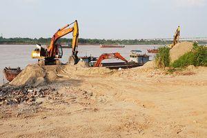 Hành lang đê ngăn lũ ở Hà Nội bị lấn chiếm làm nơi kinh doanh