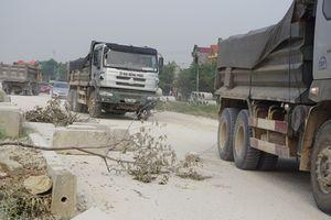 Thanh Hóa: Người dân mang đá ngáng đường chắn bụi