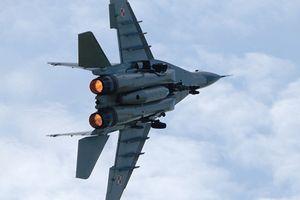 Máy bay MiG-29 của Nga bốc cháy trên bầu trời Moscow