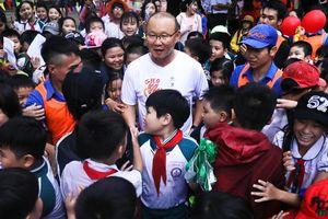 Hàng trăm em nhỏ cười rạng rỡ, vây kín HLV Park Hang-seo