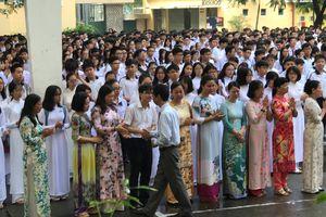 Học sinh Sài Gòn khóc chia tay hiệu trưởng THPT chuyên Trần Đại Nghĩa